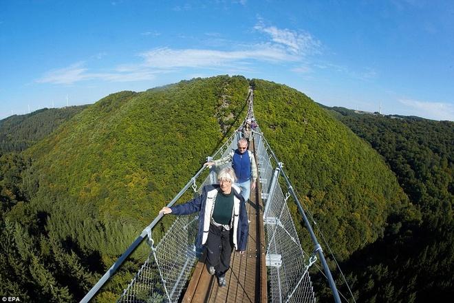 Cau treo dai nhat nuoc Duc hut du khach bao gan hinh anh 2 Trên cầu có những điểm chụp ảnh rất đẹp. Đây là ý tưởng của các nhà quản lý ở địa phương nhằm thu hút khách du lịch đến vùng này.