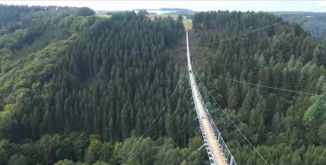 Cau treo dai nhat nuoc Duc hut du khach bao gan hinh anh 4 Sau khi hợp đồng thi công cầu được trao cho một hãng xây dựng của Thụy Sỹ, công trình được bắt đầu vào ngày 26/5 và hoàn thành trong thời gian kỷ lục. 130 ngày sau, cầu đã được mở cho du khách. Các nhà quản lý về du lịch còn sử dụng cây cầu để quảng bá cho những con đường mòn leo núi dài hơn 6 km trong vùng.