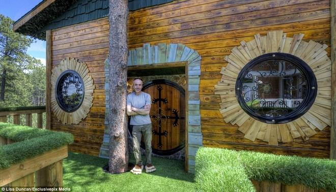 Ngoi nha danh cho fan cuong cua nguoi Hobbit hinh anh 13 Gorden Mack nảy ý tưởng về ngôi nhà hobbit sau một lần đến thăm anh rể và nhìn thấy ngôi nhà trên cây dành cho các con.