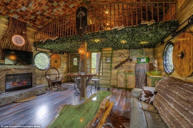 Ngoi nha danh cho fan cuong cua nguoi Hobbit hinh anh 1 Các căn phòng nằm cách mặt đất gần 5 m, với chủ đề Middle-earth cùng các tấm biển viết bằng ngôn ngữ Elvish.
