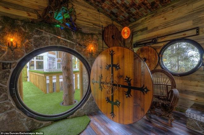 Ngoi nha danh cho fan cuong cua nguoi Hobbit hinh anh 3 Một trong những điểm ấn tượng nhất là cánh cửa tròn đường kính 1,5 m.