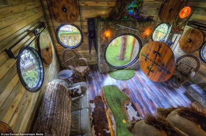 Ngoi nha danh cho fan cuong cua nguoi Hobbit hinh anh 6 Nội thất hoàn toàn mô phỏng với những ngôi nhà Hobbit. Du khách còn được mang những đôi giày lông hobbit để có cảm giác như thật.
