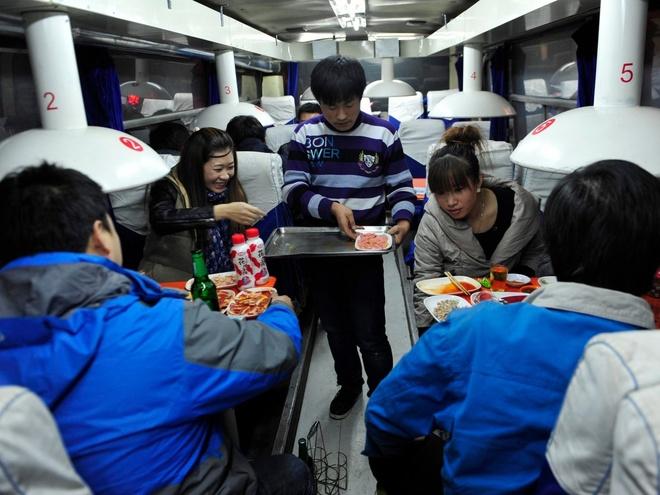 Nhung nha hang hut khach voi phong cach quai chieu hinh anh 12 Một người bồi bàn đang phục vụ khách hàng tại một nhà hàng được phục chế từ một chiếc xe buýt ở Shenyang, Liêu Ninh, Trung Quốc. Chủ nhà hàng mua lại chiếc xe buýt cũ với giá <abbr class=