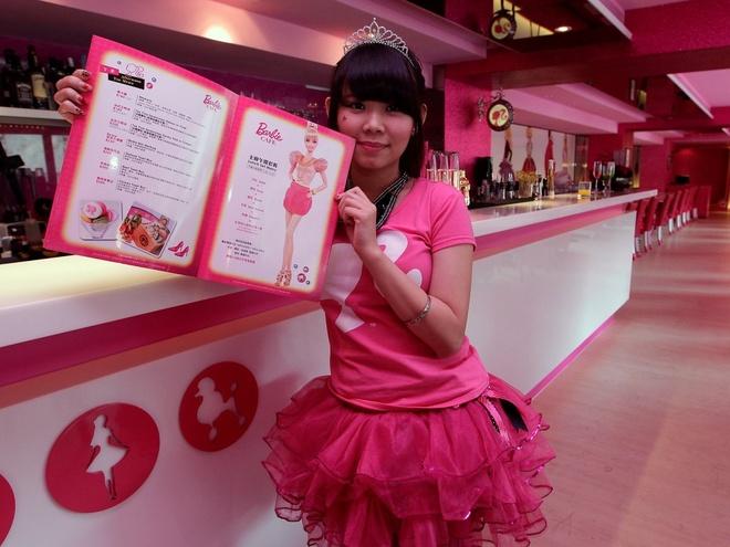 Nhung nha hang hut khach voi phong cach quai chieu hinh anh 14 Nhân viên phục vụ tại một quán cà phê phong cách Barbie ở Đài Bắc năm 2013. Quán này có trang trí và đồ dùng lấy cảm hứng từ những búp bê Mattel.