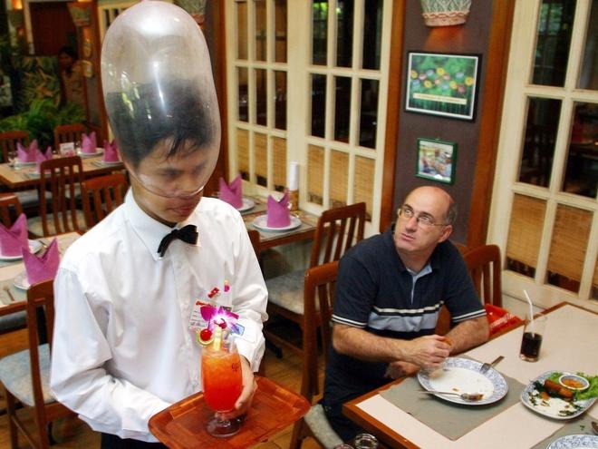 Nhung nha hang hut khach voi phong cach quai chieu hinh anh 17 Một bồi bàn người Thái đeo chiếc bao cao su trên đầu khi phục vụ đồ uống tại nhà hàng Cabbages and Condoms ở Bangkok, Thái Lan. Mục đích của nhà hàng là giáo dục cho cộng đồng về tình dục an toàn.