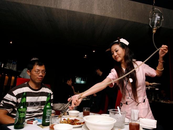 Nhung nha hang hut khach voi phong cach quai chieu hinh anh 19 Nhà hàng phong cách bệnh viện ở Đài Bắc. Người phục vụ mặc trang phục y tá, mang đồ uống cho khách theo kiểu bệnh viện.