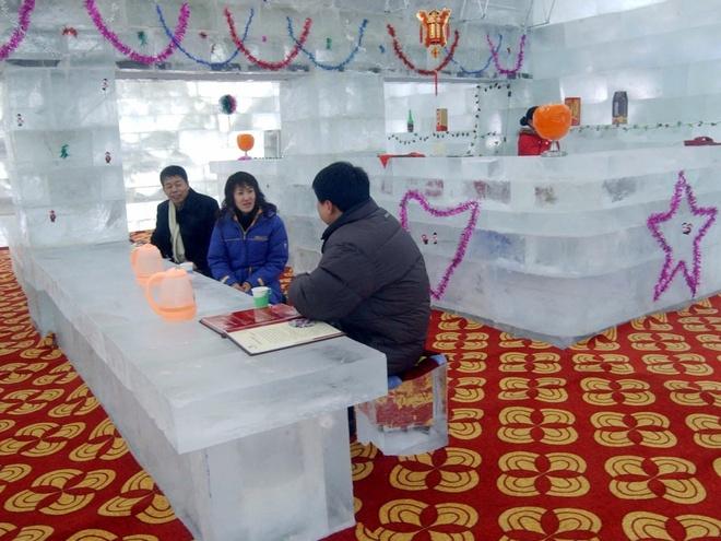 Nhung nha hang hut khach voi phong cach quai chieu hinh anh 2 Bữa tối tại nhà hàng băng giá ở Harbin, Trung Quốc. Nhà hàng có công suất phục vụ 100 khách này là một phần của triển lãm tượng băng và điêu khắc tuyết.