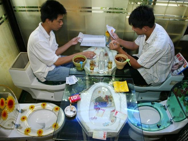 Nhung nha hang hut khach voi phong cach quai chieu hinh anh 4 Thực khách đang chơi bài trên bồn toilet tại một nhà hàng ở Thâm Quyến, Quảng Đông, Trung Quốc. Đồ ăn được phục vụ trong những bộ bát đĩa hình bồn tắm và bồn cầu.