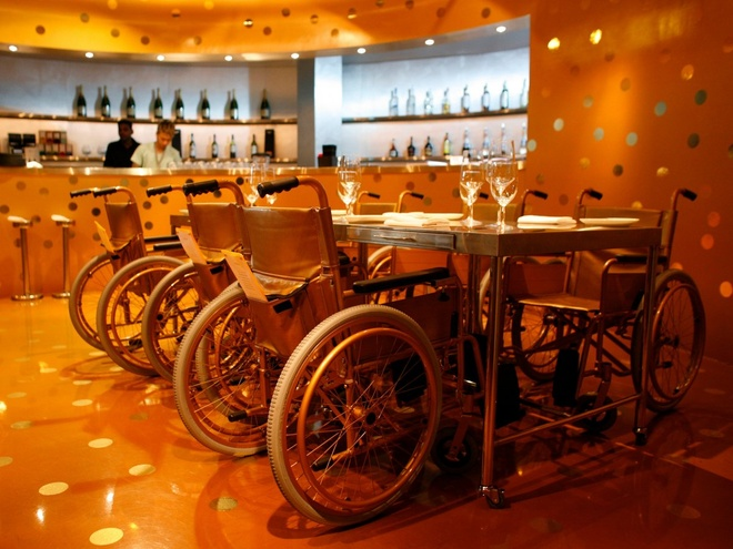 Nhung nha hang hut khach voi phong cach quai chieu hinh anh 5 Nhà hàng Aurum ở Singapore sử dụng công nghệ độc đáo được gọi là ẩm thực phân tử, phương pháp khoa học tạo hương vị mới cho đồ ăn. Tuy nhiên, không ai hiểu lý do tại sao nhà hàng này dùng xe lăn làm ghế ngồi cho thực khách.