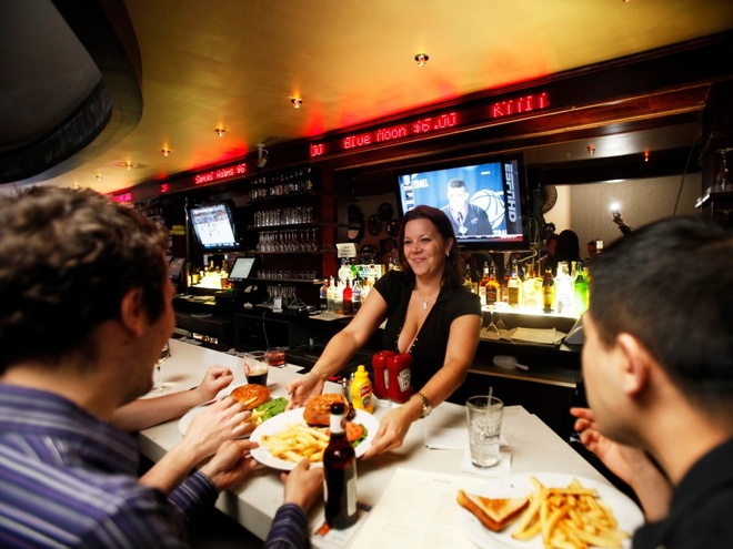 Nhung nha hang hut khach voi phong cach quai chieu hinh anh 7 Quán The Exchange Bar & Grill ở New York được trang trí giống như sàn giao dịch thị trường chứng khoán. Giá đồ ăn thức uống dao động như giá cổ phiếu tùy theo yêu cầu của khách.