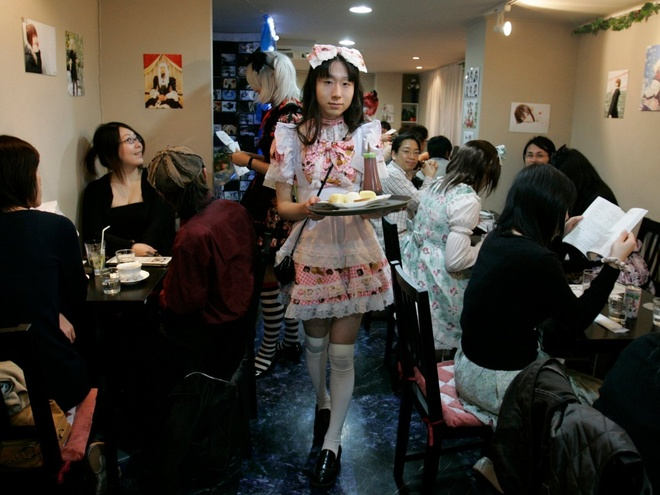 Nhung nha hang hut khach voi phong cach quai chieu hinh anh 8 Một người đàn ông trong trang phục hầu gái có tên Kalina đang phục vụ khách hàng tại quán cà phê Hibaritei ở Tokyo. Tất cả phục vụ nam trong quán đều hóa trang thành những cô hầu gái. Quán có chi nhánh ở một vài địa điểm trong quận Akihabara.