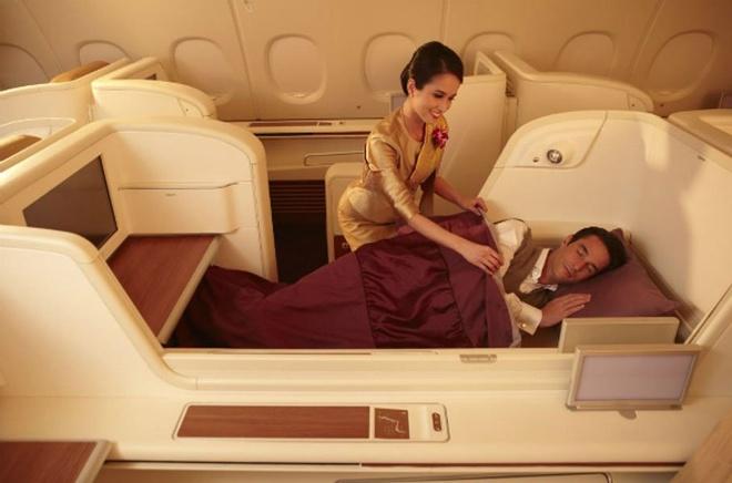 """10 khoang hang nhat em ai nhat the gioi hinh anh 10 Thai Airways: Khoang Royal First Class bắt đầu với nữ tiếp viên phục vụ champagne và trứng cá hồi. Ghế ngồi có thể biến thành giường ngủ 180 độ, cùng hệ thống giải trí màn hình 23"""" với hơn 300 chương trình. Hành khách có thể thư giãn với massage toàn thân ở Royal First Lounge tại sân bay Suvarnabhumi ở Bangkok trước chuyến bay."""