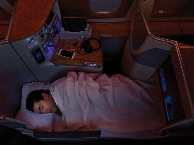 10 khoang hang nhat em ai nhat the gioi hinh anh 1 Emirates: Khoang thương gia của Emirates có chỗ ngồi có thể biến thành giường với đầy đủ nệm, cửa ra vào, mini bar cùng các loại rượu vang, champagne, cocktail miễn phí. Trên những chuyến bay dài, du khách còn được hưởng những vật dụng cao cấp như đồ vệ sinh hiệu Bvlgari, phòng khách cho khách hạng nhất và hạng thương gia gặp gỡ, trao đổi và nhâm nhi những ly đồ uống. Du khách đến và rời sân bay cũng rất dễ dàng với sự phục vụ của một tài xế riêng.