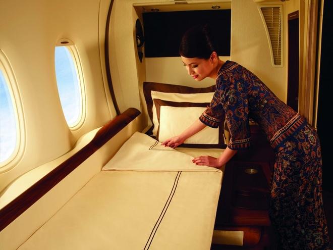 10 khoang hang nhat em ai nhat the gioi hinh anh 5 Singapore Airlines:  Hãng này có những chỗ ngồi hạng nhất riêng tư để khách có đủ không gian thư giãn. Ánh sáng trong khoang cũng dịu nhẹ, khách được cung cấp những bộ pajama, dép đi trong nhà thoải mái. Mỗi chỗ ngồi còn có một góc trang bị gương để du khách chỉnh trang sau những chuyến đi dài.