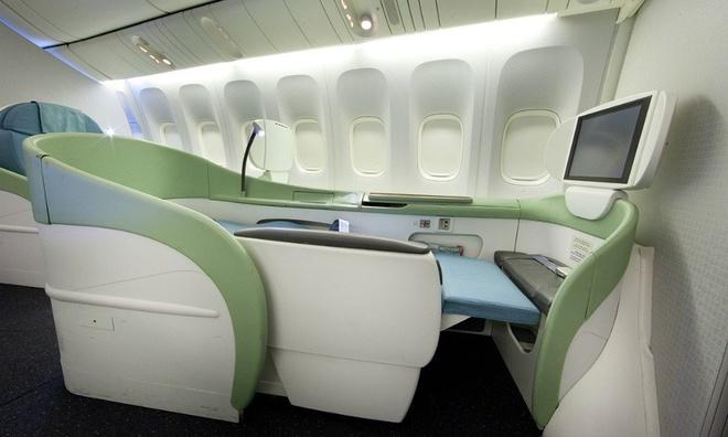 10 khoang hang nhat em ai nhat the gioi hinh anh 8 Korean Air: Khách hạng nhất của Korean Air có nhiều lựa chọn chỗ ngồi khác nhau. Khoang Kosmo Suites 2.0 có cửa trượt, ngăn phân cách và chỗ ngồi rộng rãi. Khoang Kosmo Suites có phần lưng tựa có thể điều chỉnh, chỗ để chân thoải mái và bộ điều khiển thay đổi vị trí ghế. Ngoài ra, Kosmo Sleeper có giường ngủ thư giãn. Các chỗ ngồi có màn hình LCD, đèn đọc sách và tai nghe giảm ồn.