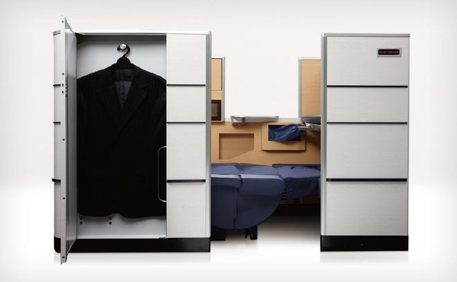 """10 khoang hang nhat em ai nhat the gioi hinh anh 9 All Nippon Airways: Khoang hạng nhất của ANA như một căn phòng riêng với chỗ ngồi thoải mái, bàn ăn rộng rãi và nhiều chỗ chứa đồ. Ngoài nơi để áo khoác và giày, du khách còn có không gian dưới ghế cho hành lý và nhiều ngăn cho các đồ nhỏ hơn. Chỗ ngồi có 2 đèn LED và đèn yêu cầu không làm phiền, một cổng USB và màn hình LCD 23""""."""