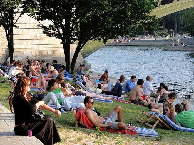 Bai bien nhan tao ben song Seine hinh anh 4 Những người khác có thể thư giãn tắm nắng bên bờ sông.