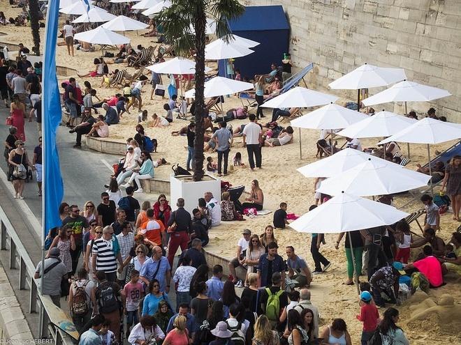 Bai bien nhan tao ben song Seine hinh anh 7 Dọc bãi biển là những quán cà phê và những người bán hàng rong luôn phục vụ du khách.