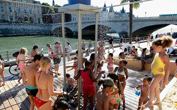 Bai bien nhan tao ben song Seine hinh anh 6 Hệ thống vòi phun hơi nước để làm dịu cho du khách sau khi tắm nắng cũng được lắp đặt dưới chân cầu Pont Neuf.