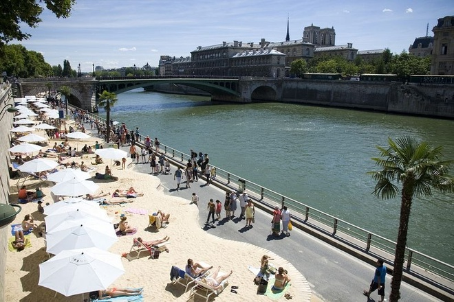 Bai bien nhan tao ben song Seine hinh anh 1 Mỗi năm kể từ năm 2002, con đường đi bộ dọc bờ sông Seine ở trung tâm Paris lại biến thành một bãi biển có tên Paris Plages, nghĩa là bãi biển Paris.