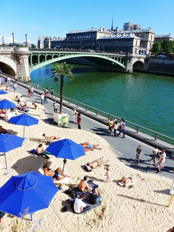 Bai bien nhan tao ben song Seine hinh anh 8 Bãi biển hoạt động từ 9h đến nửa đêm, là nơi thư giãn cho những người bận rộn ở Paris trong những ngày hè.