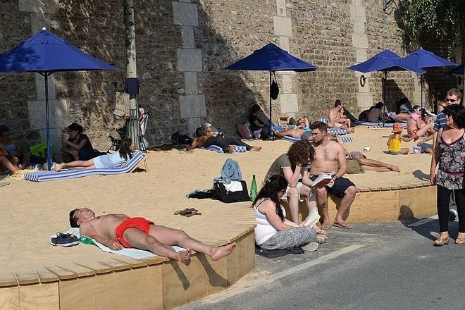 Bai bien nhan tao ben song Seine hinh anh 5 Hàng ngàn tấn cát được nhập về cùng những cây cọ, những chiếc ghế dài, ô dù chống nắng để làm cho bãi biển trông như thật.