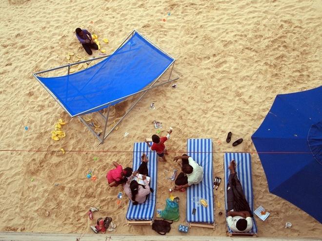 Bai bien nhan tao ben song Seine hinh anh 3 Du khách có thể chơi bóng chuyền bãi biển, bóng rổ hoặc bóng bầu dục ở quảng trường trước khách sạn Hotel de Ville.