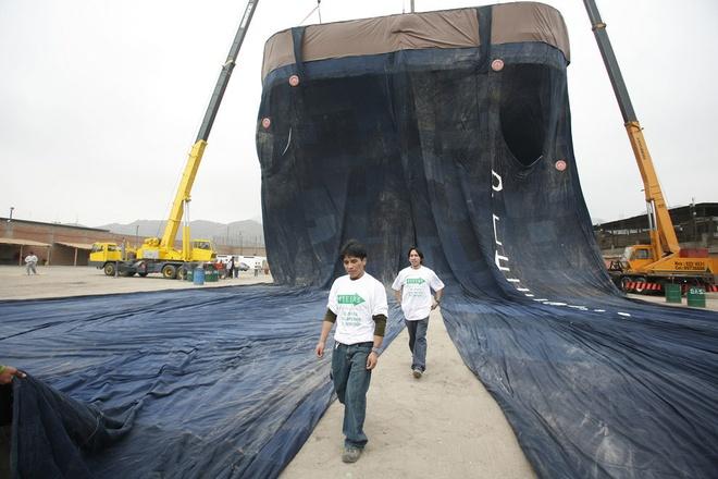 Nhung ky luc ky quac nhat qua dat hinh anh 12 Chiếc quần jeans lớn nhất thế giới nặng hơn 2 tấn, dài 40 m, rộng 30 m, do một nhóm tại Peru thực hiện ngày 30/10/2008.