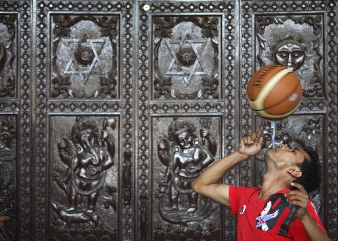 Nhung ky luc ky quac nhat qua dat hinh anh 14 Kỷ lục xoay bóng rổ bằng bàn chải đánh răng ngậm trong miệng lâu nhất thuộc về Thaneshwar Guragai với 22,41 giây vào ngày 19/4/2012.