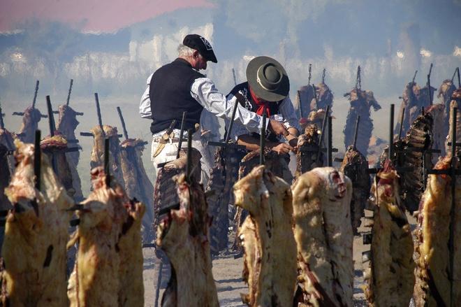 Nhung ky luc ky quac nhat qua dat hinh anh 15 Kỷ lục nướng barbeque thuộc về 30.000 người ở General Pico, Argentina với 12.713 kg bò vào ngày 20/3/2011.