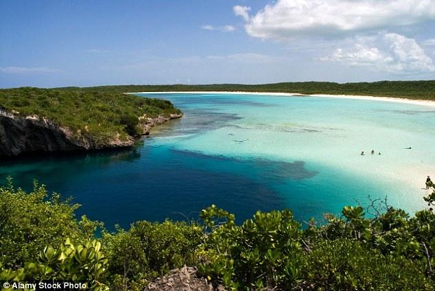 Hố xanh sâu nhất - Turtle Cove, Bahamas: Được phát hiện ở dưới mực nước biển, Turtle Cove từng là những chiếc hang khô ráo, rồi dần dần bị nước biển xâm thực. Hố Dean có chiều rộng 76 m, sâu 202 m ở Turtle Cove gần Clarence Town là hố sâu nhất thế giới với màu nước biển xanh tuyệt đẹp.