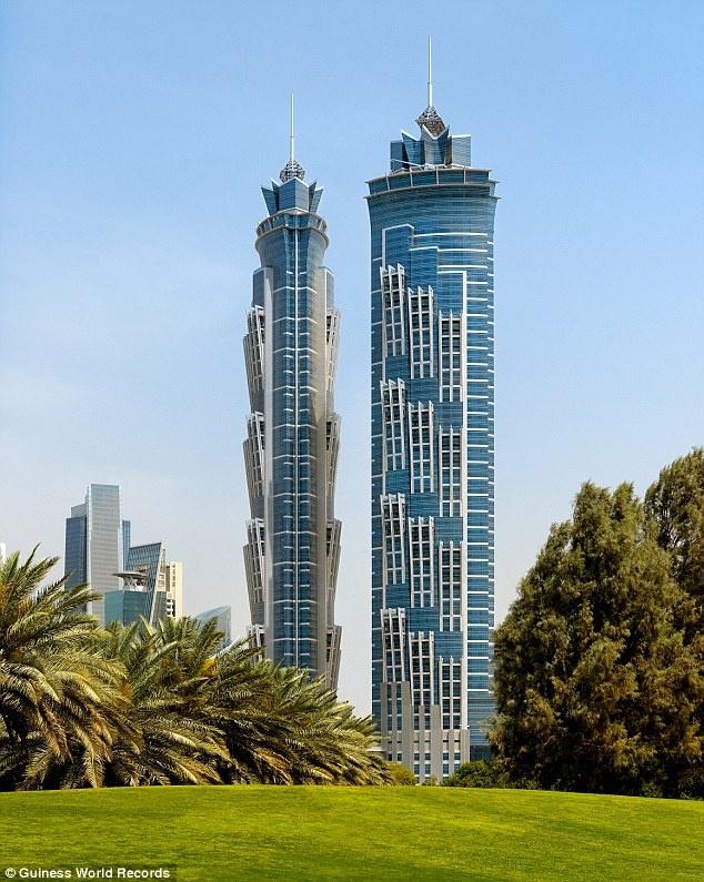 Khách sạn cao nhất - J W Marriott Marquis Dubai: Khách sạn trước đây có tên Emirates Park Towers Hotel and Spa, có độ cao 355 m, 77 tầng lầu với tòa tháp đôi, được mở lần đầu ngày 11/11/2012.