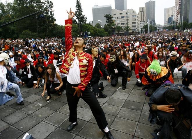 Nhung ky luc ky quac nhat qua dat hinh anh 6 Hơn 12.000 fan cùng nhảy theo ca khúc Thriller nổi tiếng của Michael Jackson ở Mexico City ngày 29/8/2009 để chào mừng sinh nhật lần thứ 51 của ca sĩ và lập kỷ lục thế giới.