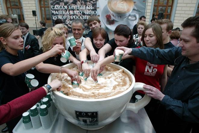 Nhung ky luc ky quac nhat qua dat hinh anh 7 Cốc cappuccino lớn nhất thế giới nặng 50 kg, cao 45 cm, đường kính 71,5 cm do nhóm 6 người ở Moscow, Nga thực hiện vào ngày 25/3/2004.