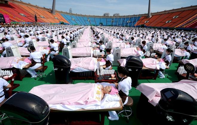 Nhung ky luc ky quac nhat qua dat hinh anh 9 Số người kỷ lục cùng làm đẹp thuộc về nhóm 1.000 khách hàng ở Jinan, Trung Quốc với dịch vụ massage mặt trong 30 phút vào ngày 4/5/2015.
