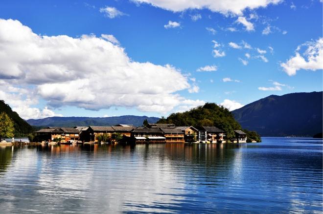 Nhung diem den hap dan dip cuoi thu o Trung Quoc hinh anh 11 Hồ Lugu có diện tích 50,8 km nằm trên cao nguyên Minh Châu , nằm giữa hai huyện Ninh Lang, tỉnh Vân Nam và Diêm Xuyên, tỉnh Tứ Xuyên. Lugu được xem là một trong những hồ nước đẹp nhất miền Tây Nam Trung Quốc, với những đỉnh núi quanh năm đắm chìm trong mây. Ảnh: Mafengwo