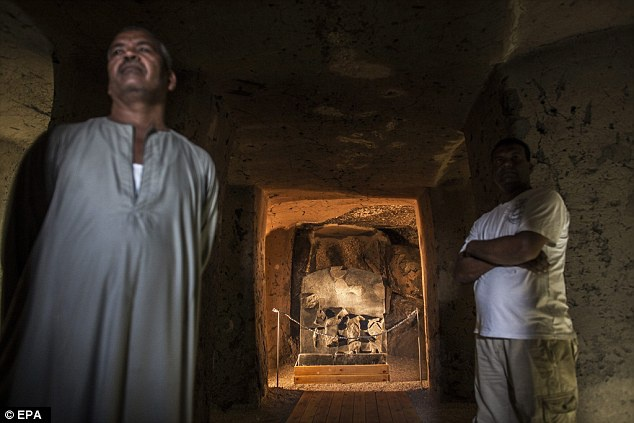Ai Cap lan dau tien mo cua 3 lang mo don khach hinh anh 3 Những lăng mộ ở Luxor sau khi được mở cửa cho công chúng đều được canh gác cẩn thận, tránh sự xâm nhập bất hợp pháp. Ảnh: EPA