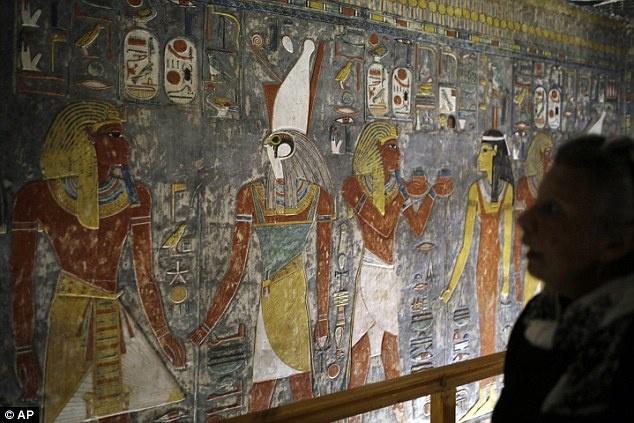 Ai Cap lan dau tien mo cua 3 lang mo don khach hinh anh 4 Một du khách không khỏi trầm trồ trước các chi tiết chạm khắc trên một bức tường trong lăng mộ của Horemheb, pharaoh cuối cùng của triều đại thứ 18 ở Ai Cập.