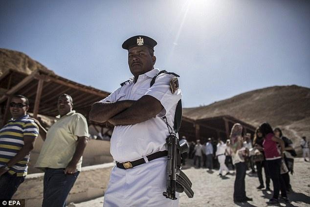 Ai Cap lan dau tien mo cua 3 lang mo don khach hinh anh 5 Lực lượng cảnh sát Ai Cập cũng được bố trí đứng canh tại khu vực này khi các lăng mộ được mở cửa đón khách du lịch.