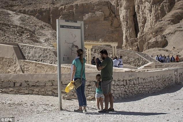 Ai Cap lan dau tien mo cua 3 lang mo don khach hinh anh 7 Du khách háo hức, mong chờ và hy vọng các lăng mộ được mở ra để khám phá thêm về đất nước của kim tự tháp và lăng mộ pharaoh này.