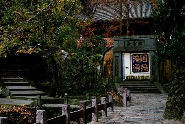 Nhung diem den hap dan dip cuoi thu o Trung Quoc hinh anh 9 Trong khu vực này còn có rất nhiều ngôi đền, miếu lâu đời được xây dựng bên trong các hang động. Ảnh: Sina