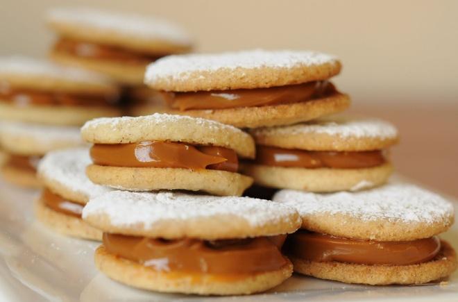 16 mon trang mieng ngon nhat the gioi hinh anh 1 Bánh Alfajores (Argentina): Alfajores là sự kết hợp hài hòa của lớp bánh xốp mềm, xen giữa là caramel thơm ngậy. Ảnh: Dishmaps.