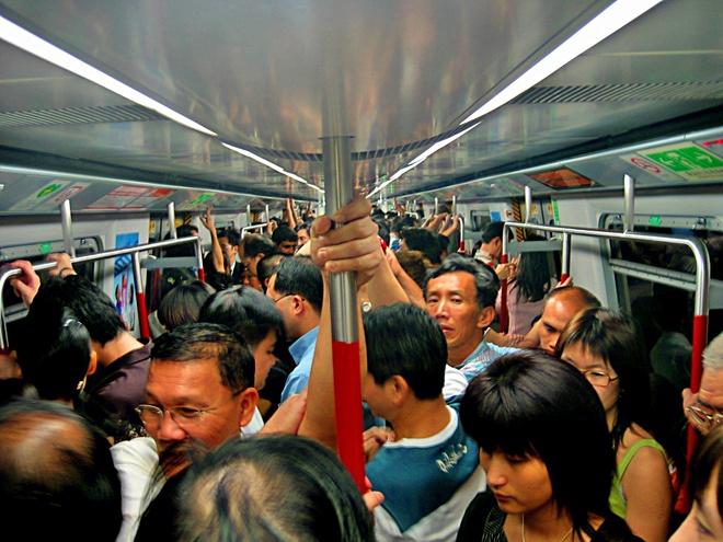 Nhung bai hoc tu chuyen tau dien ngam Hong Kong hinh anh 1 chuyến xe điện ngầm ở Hồng Kông vào giờ cao điểm. Ảnh: Wikimedia Commons.