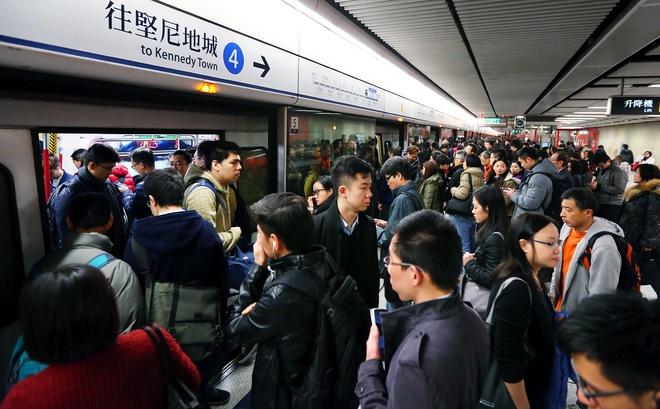 Nhung bai hoc tu chuyen tau dien ngam Hong Kong hinh anh 2 Những người đi xe điện ở Hồng Kông luôn phải xếp hàng chờ. Ảnh: Nora Tam.