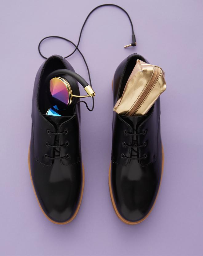 Cach xep vali hieu qua va gon gang nhat hinh anh 11 Hãy tận dụng không gian trống trong vali, hay trong những đồ dùng cá nhân có thể để được như bên trong chiếc giày là một chỗ lý tưởng để để tai nghe headphone hay ví đựng tiền lẻ.
