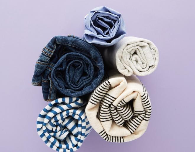 Cach xep vali hieu qua va gon gang nhat hinh anh 1 Cuộn quần áo giúp tiết kiệm thời gian, tận dụng tối đa chỗ trống trong vali, thích hợp cho việc giữ nếp cho những quần áo có chất liệu làm bằng vải mỏng, dễ nhăn. Ảnh: Cosmopolitan.