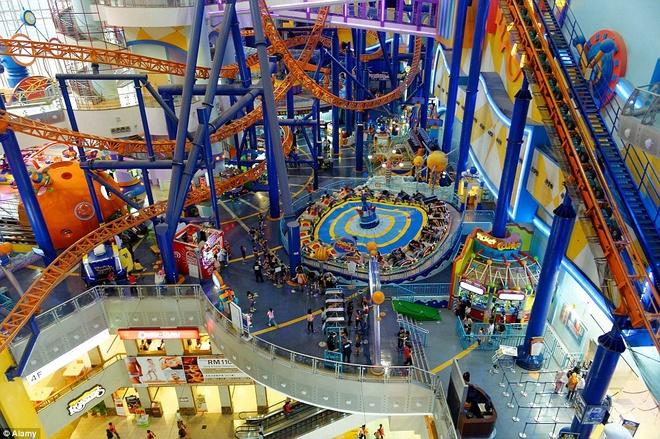 Nhung thien duong giai tri noi tieng o Malaysia hinh anh 1 Công viên chủ đề Berjaya Times Square là công viên trong nhà lớn nhất Malaysia - nằm trong Trung tâm thương mại Berjaya Times Square ở Kuala Lumpur,  với diện tích 12.360 m2 phủ khắp 3 tầng, bao gồm nhiều trò chơi thú vị.