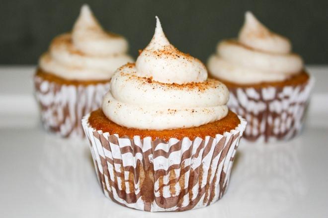 Nhung mon banh ron rang khong khi Giang sinh hinh anh 10 Bánh cupcake kem trứng: Một chiếc bánh cupcake làm theo kiểu chiffon, mịn màng với phần kem trứng bên trên, sẽ rất tuyệt vời cho mùa Giáng sinh. Ảnh: Javacupcake.