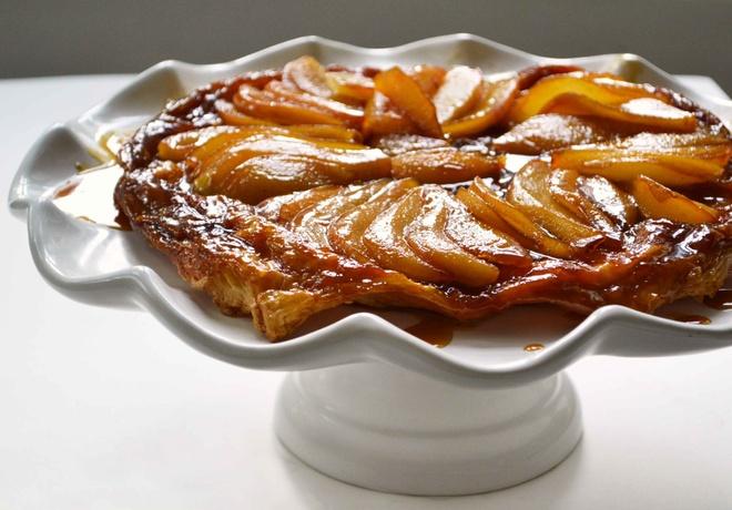 Nhung mon banh ron rang khong khi Giang sinh hinh anh 2 Bánh Tarte Tatin: Với lớp vỏ thơm giòn kết hợp với phần táo tạo nên vị chua ngọt hài hòa hấp dẫn là sự lựa chọn tuyệt vời cho mùa Giáng sinh. Ảnh: Recipeshubs.