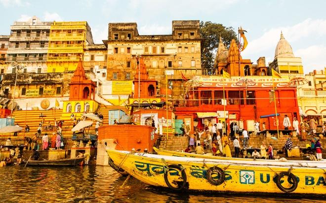 Thanh pho duoc menh danh la duong len coi niet ban hinh anh 1 Người Hindu tin rằng, nếu được hỏa táng ở Varanasi, họ sẽ đạt đến cảnh giới moksha và thoát khỏi kiếp luân hồi. Bằng cách này, họ sẽ không tái sinh mà lên thẳng cõi niết bàn. Con đường dẫn tới giác ngộ bắt đầu từ những bậc đá dốc đứng bên bờ sông, nơi nghi lễ hỏa táng diễn ra.